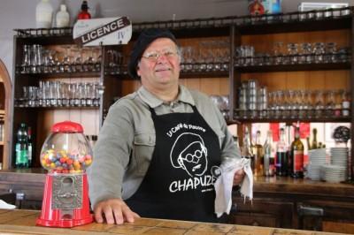 Chapuze Dans Le Café Du Pauvre à Saint Mathurin